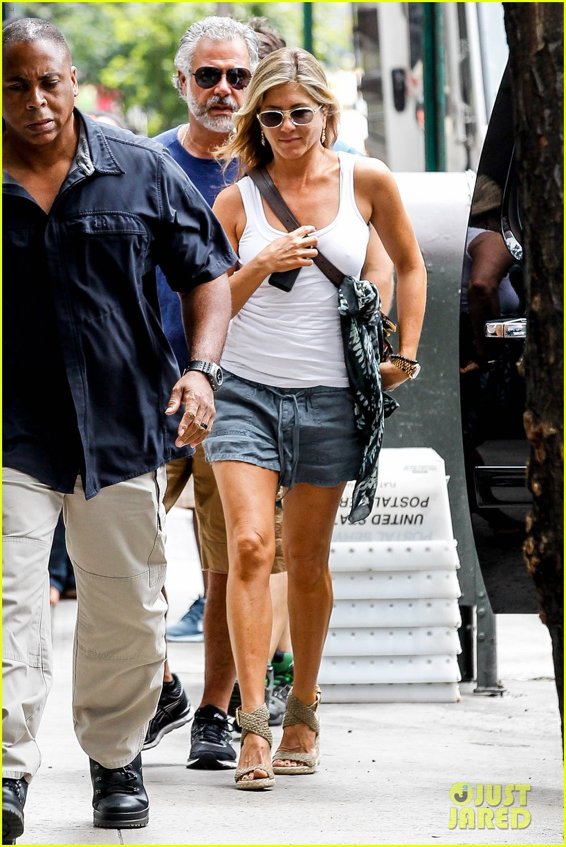 jennifer aniston beats the heat on squirrels to nuts set 102914638
