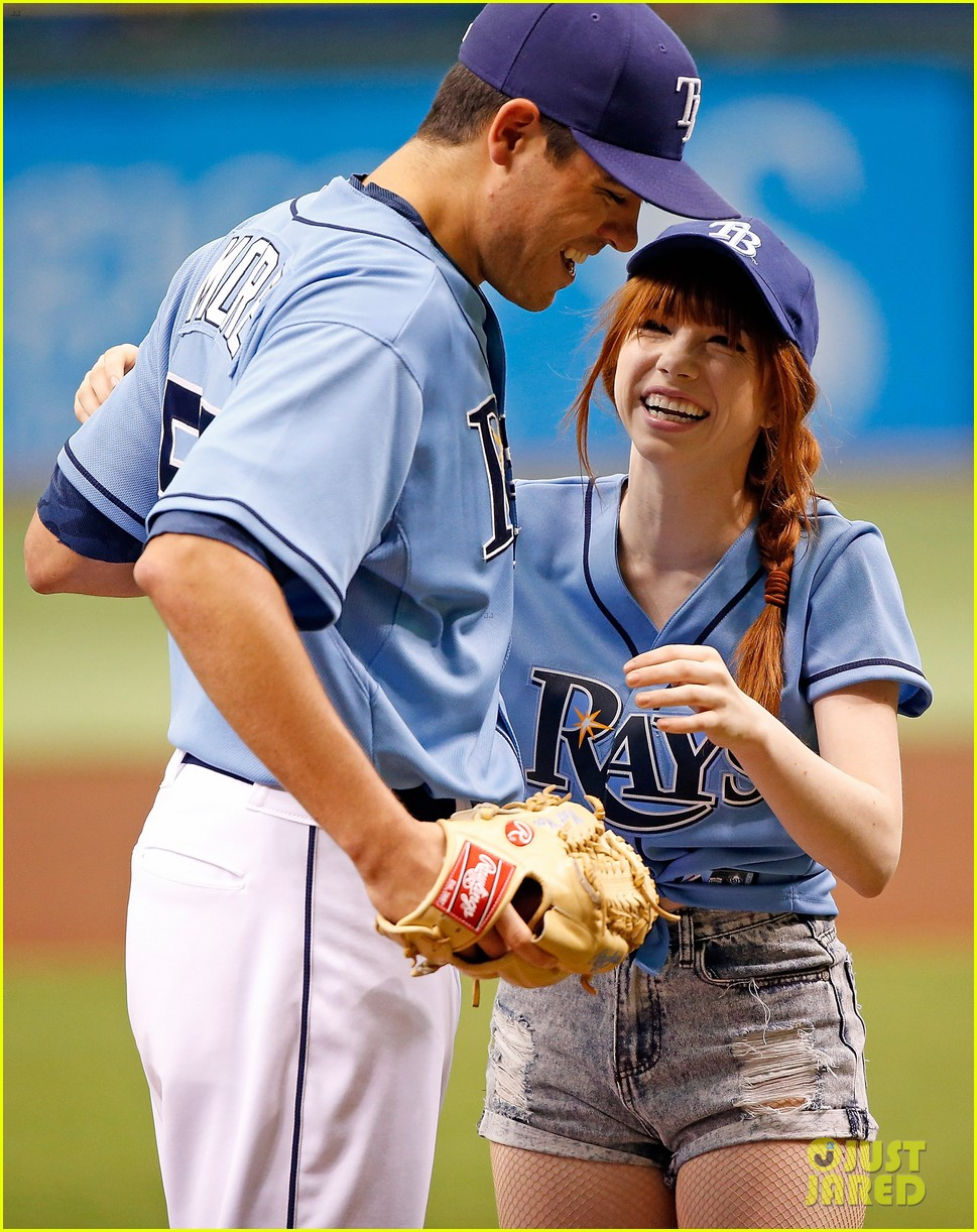 carly rae jepsen throws unsuccessful first pitch 032909751