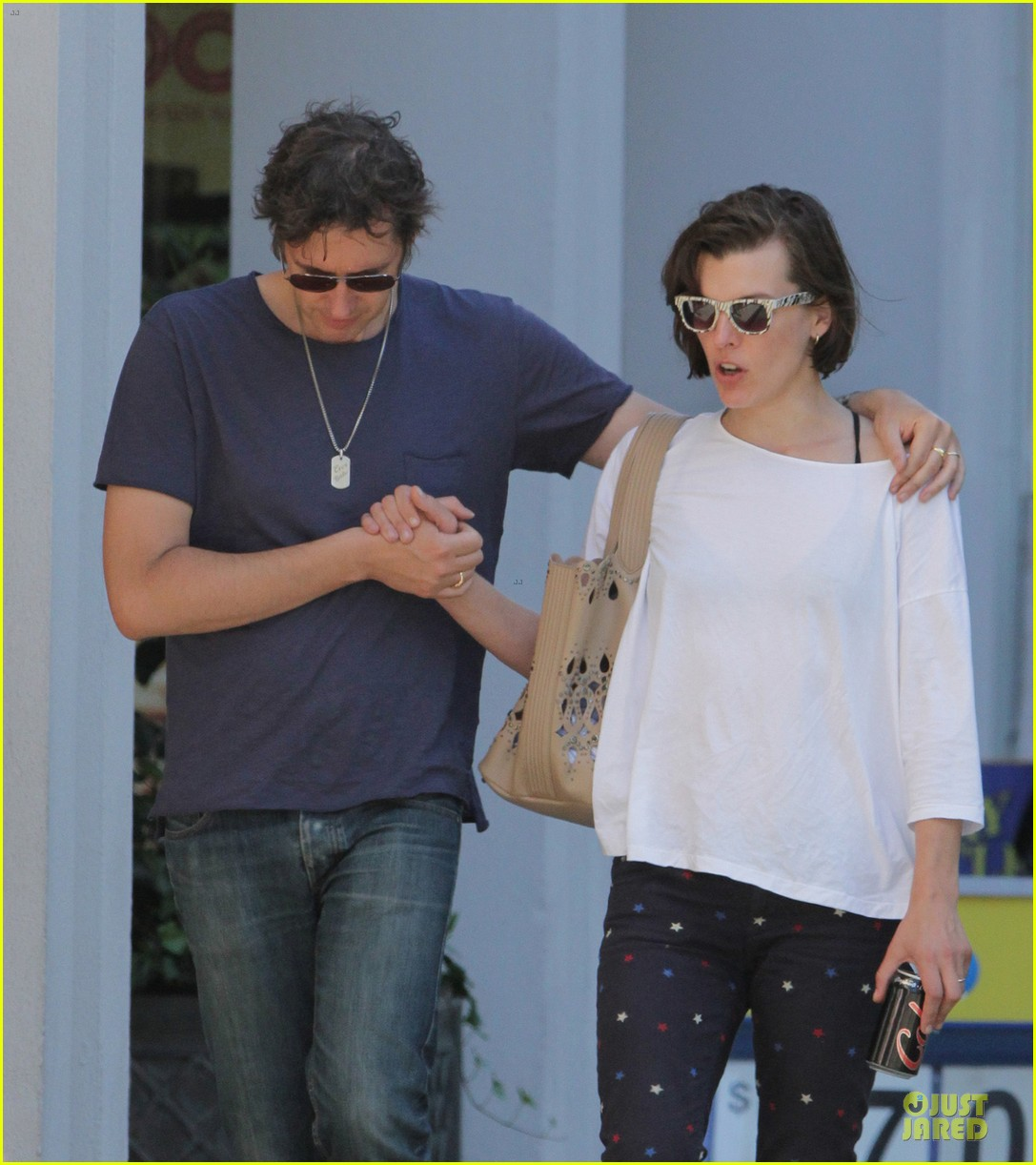 milla jovovich paul ws anderson hold hands in toronto 042909040