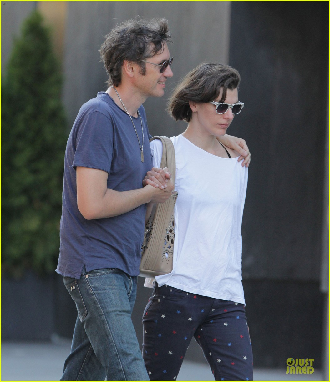 milla jovovich paul ws anderson hold hands in toronto 062909042