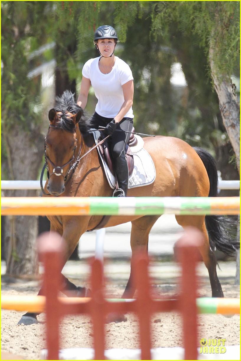 kaley cuoco horseback riding beauty 03