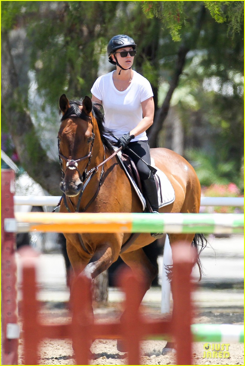 kaley cuoco horseback riding beauty 062905078