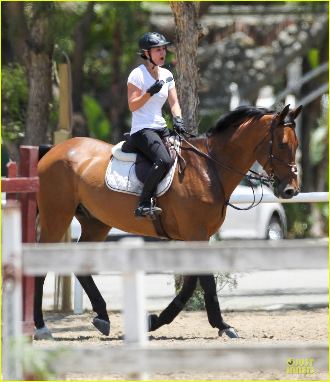 kaley cuoco horseback riding beauty 082905080