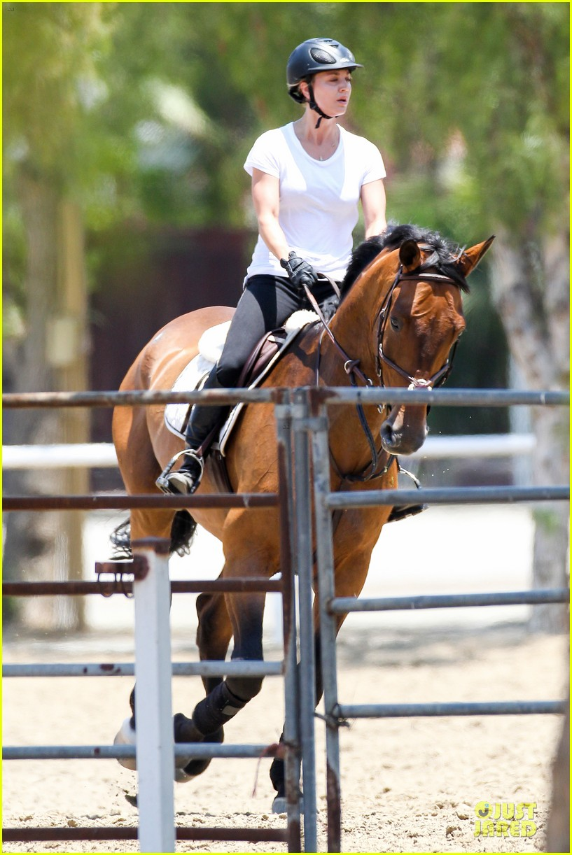 kaley cuoco horseback riding beauty 09