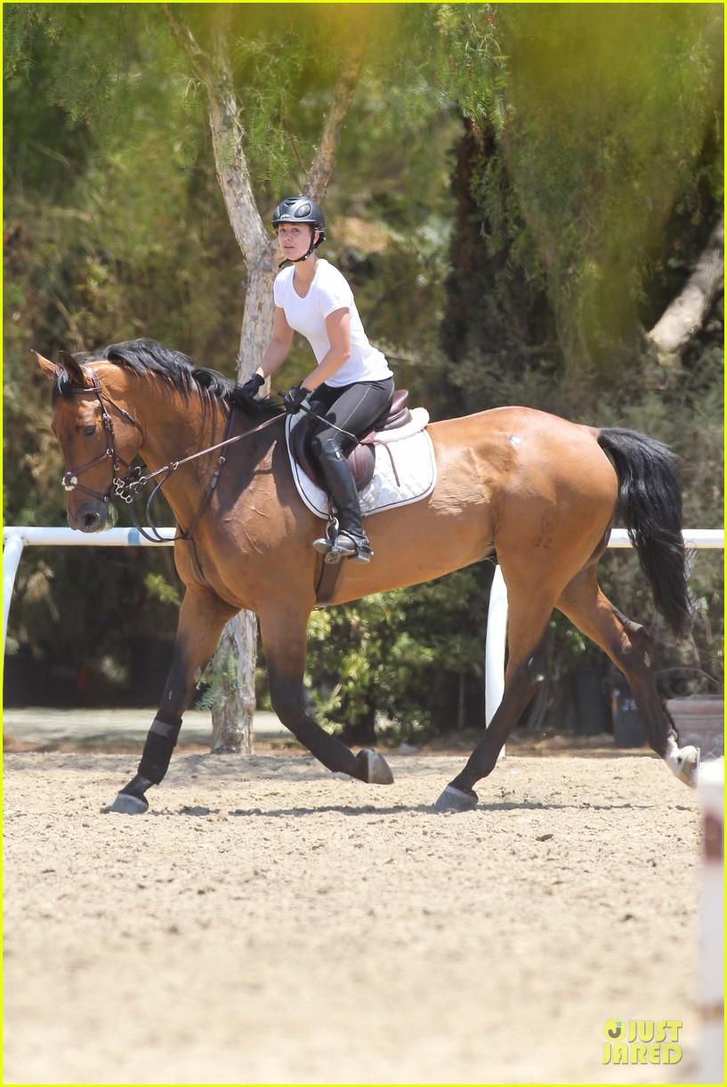 kaley cuoco horseback riding beauty 112905083