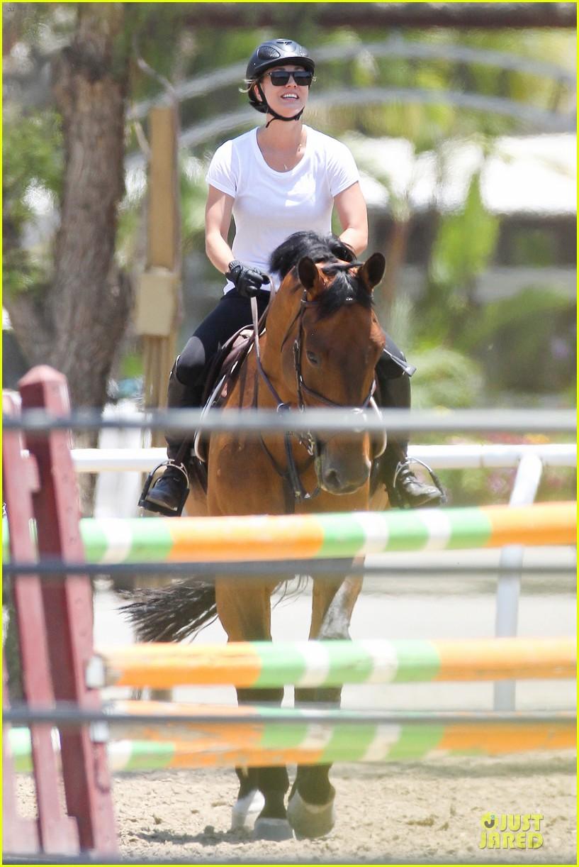 kaley cuoco horseback riding beauty 142905086