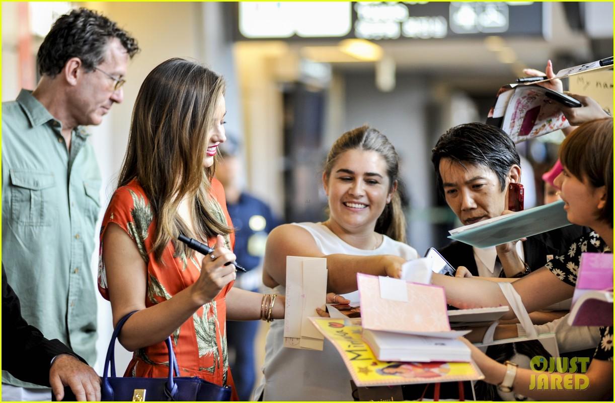 miranda kerr receives warm welcome in japan 052911439