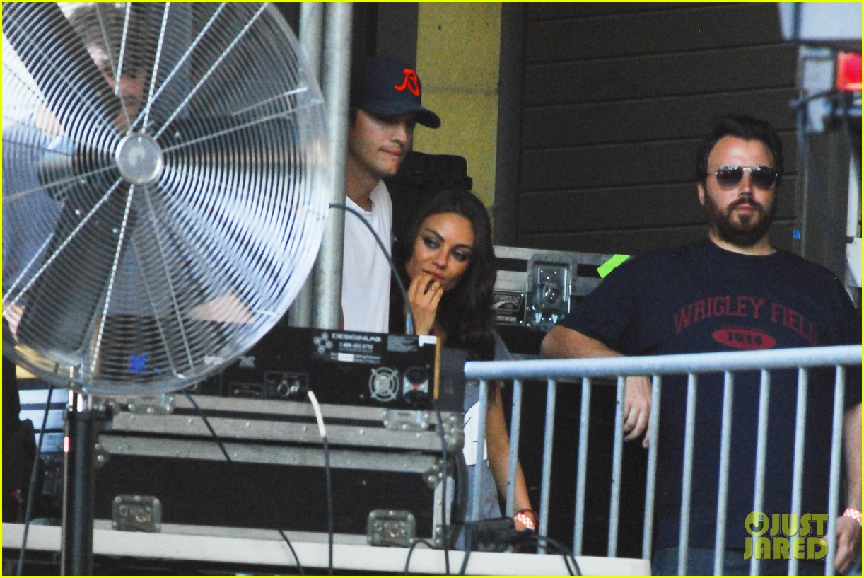mila kunis ashton kutcher taste of chicago concert couple 06