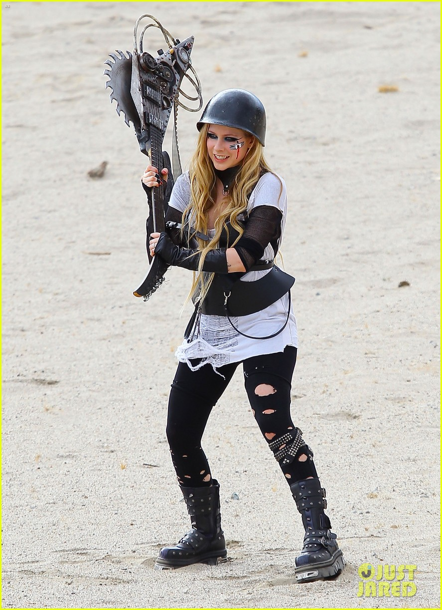 avril lavigne chainsaw action for rock n roll video shoot 012917713