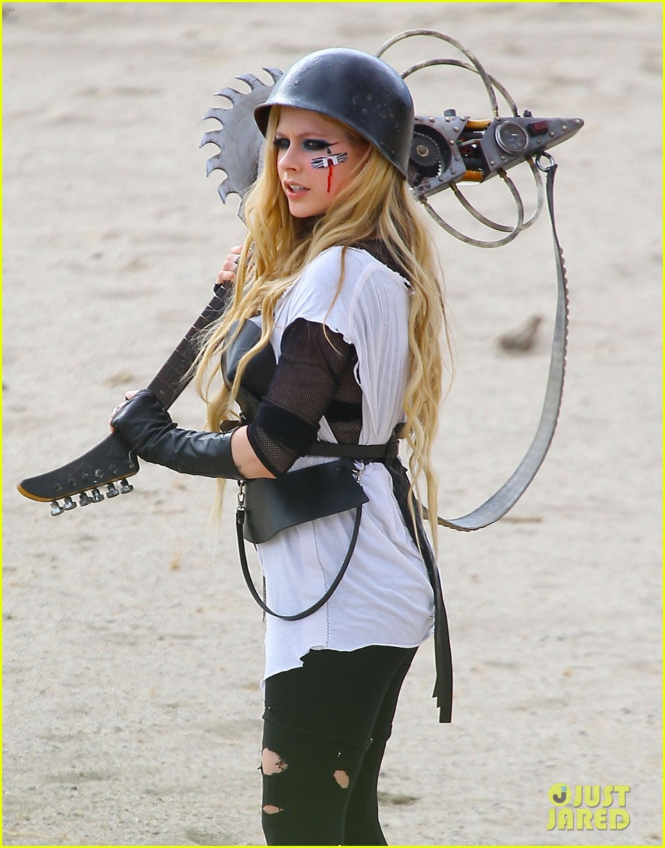 avril lavigne chainsaw action for rock n roll video shoot 02
