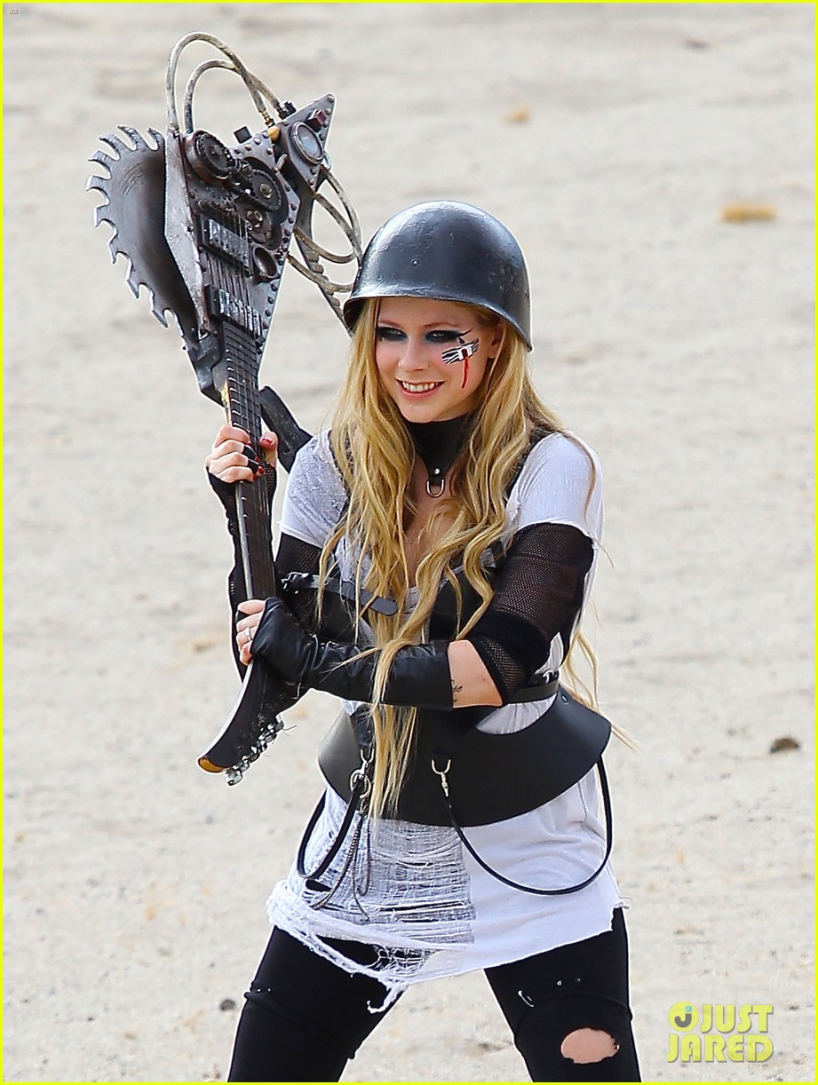 avril lavigne chainsaw action for rock n roll video shoot 04