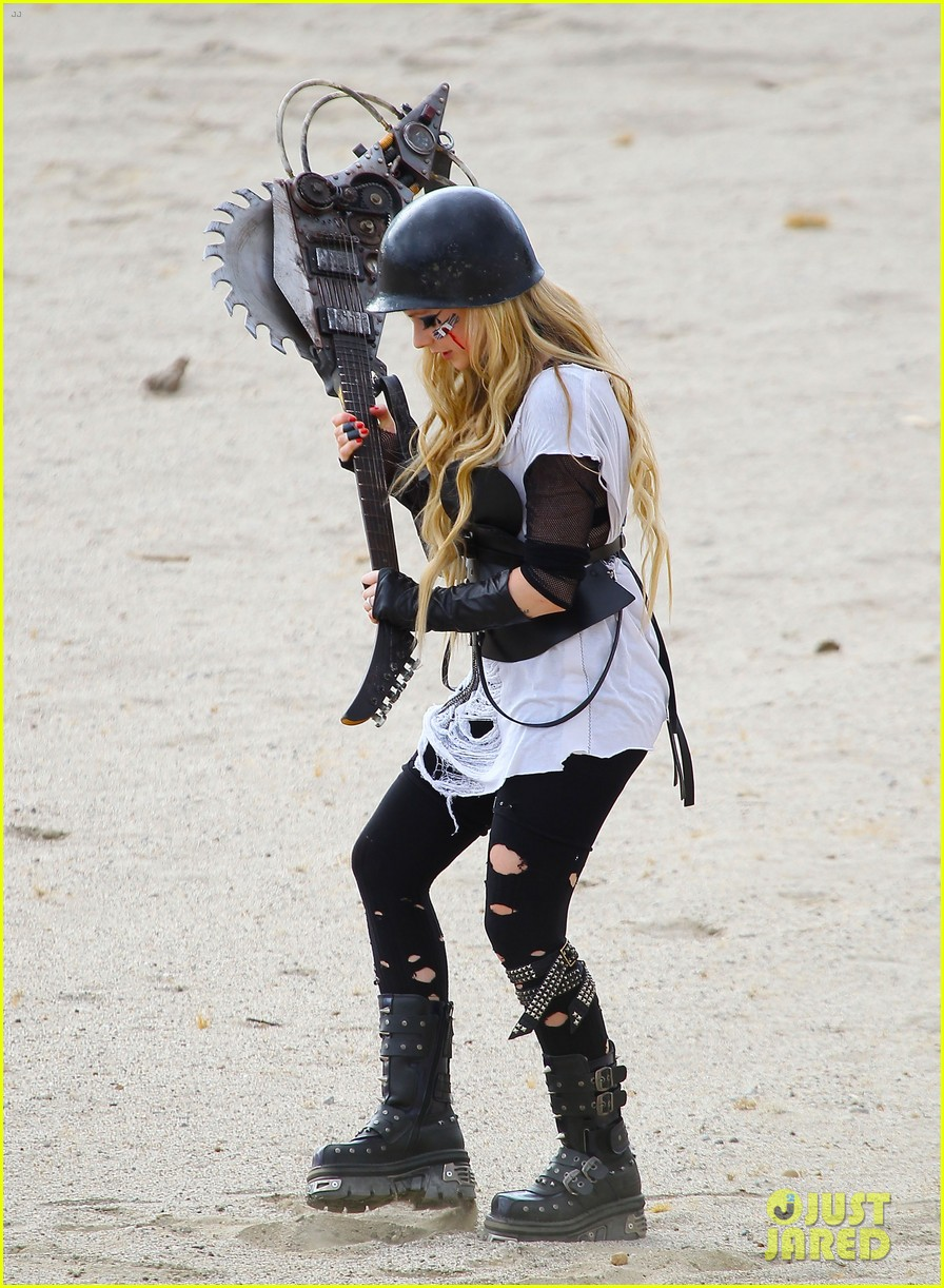 avril lavigne chainsaw action for rock n roll video shoot 072917719