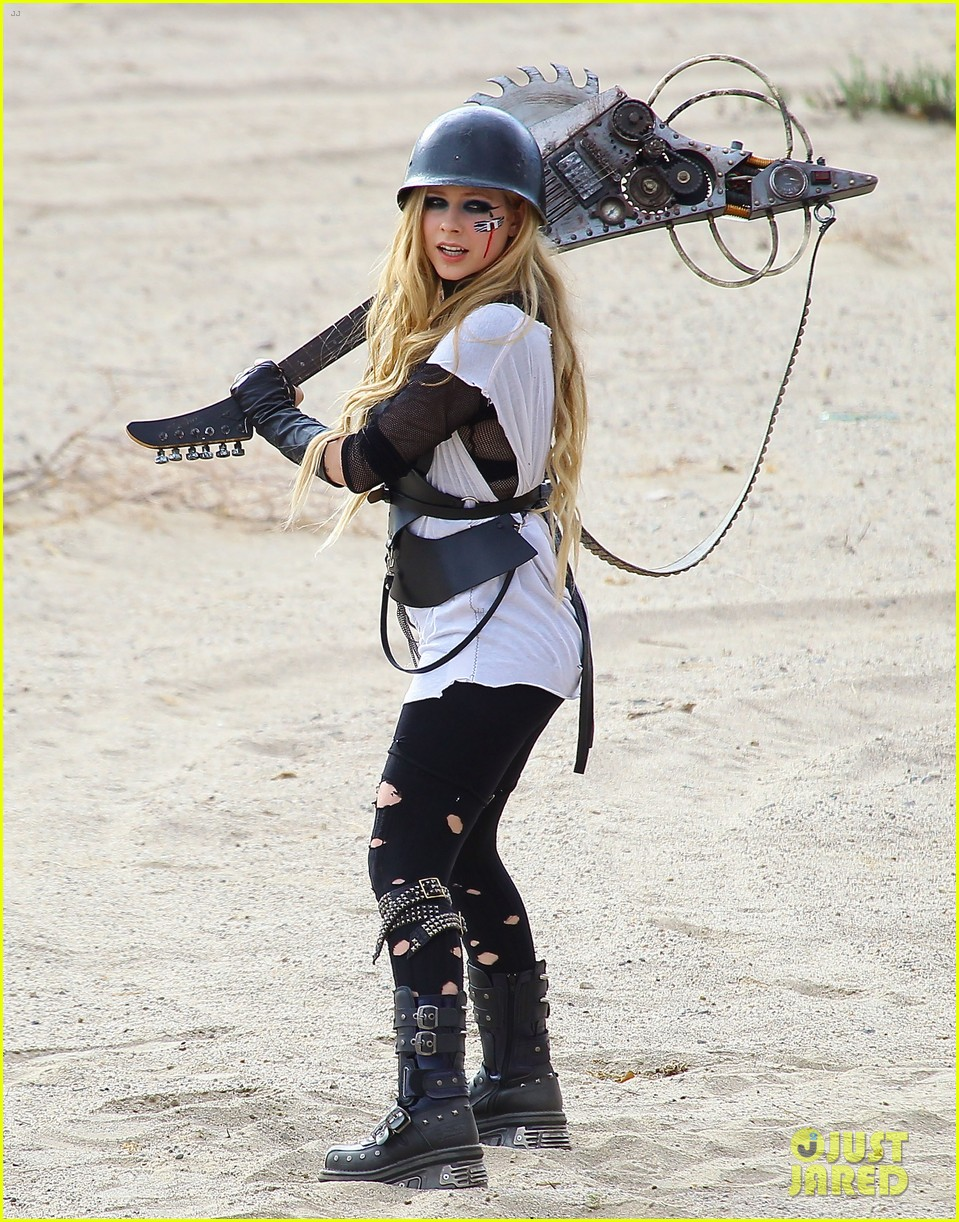 avril lavigne chainsaw action for rock n roll video shoot 092917721