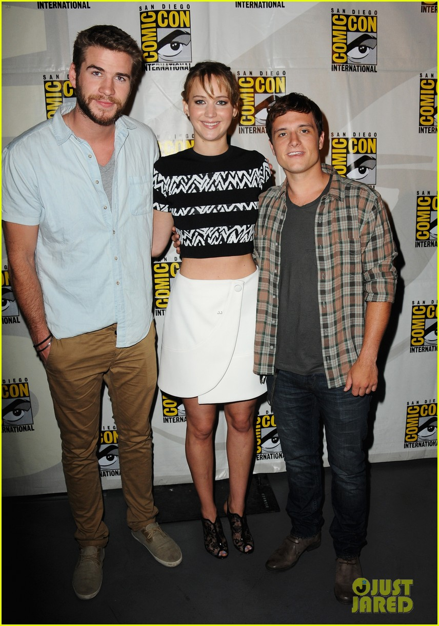 jennifer lawrence debuts catching fire trailer at comic con 032913350
