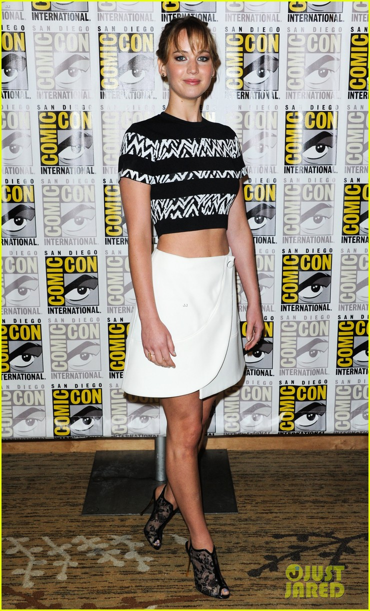 jennifer lawrence debuts catching fire trailer at comic con 062913353