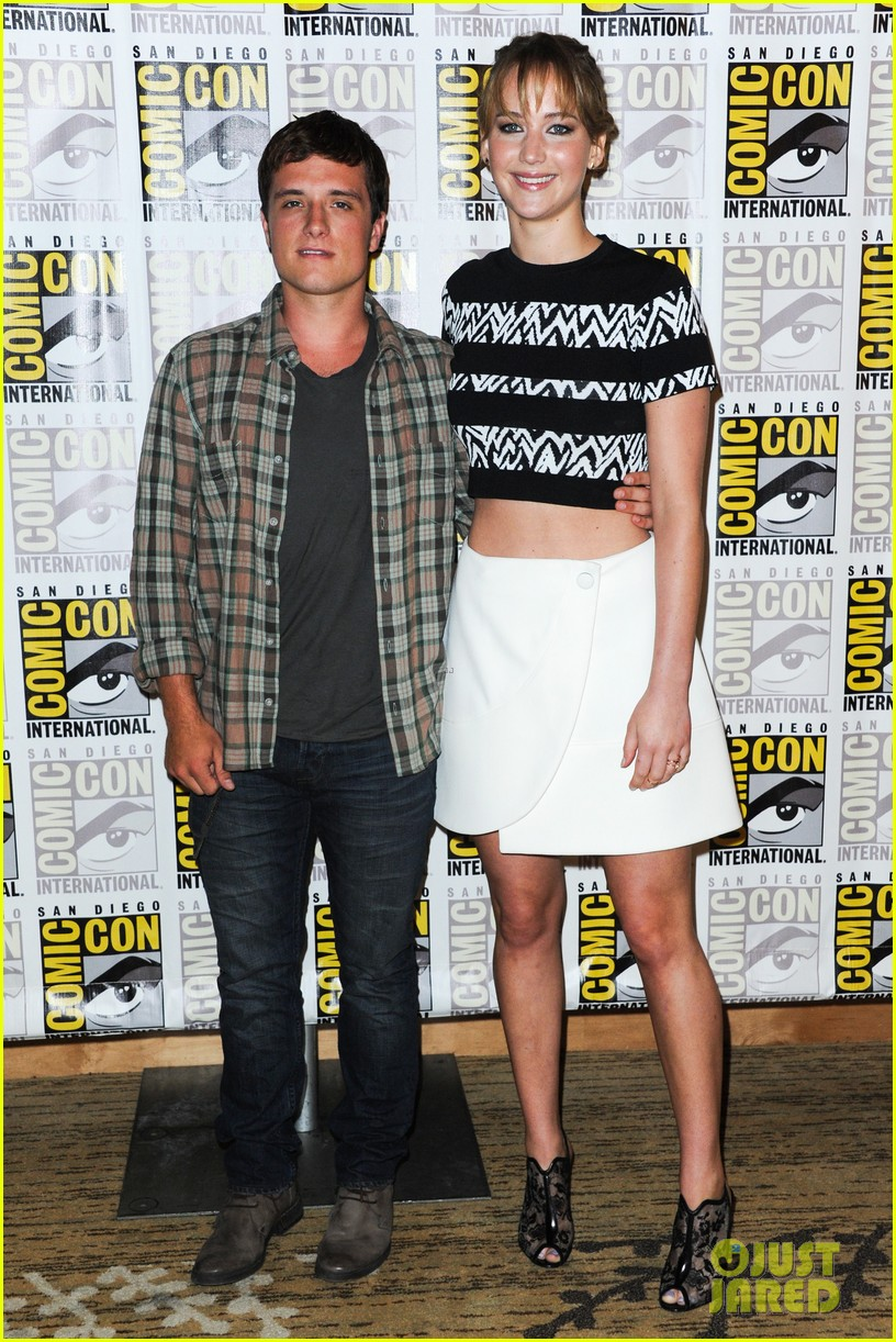 jennifer lawrence debuts catching fire trailer at comic con 112913358