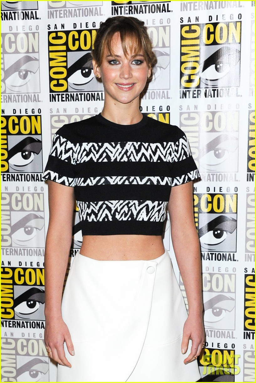 jennifer lawrence debuts catching fire trailer at comic con 142913361
