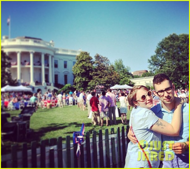 lena dunham jack antonoff hold hands on independence day 052904321