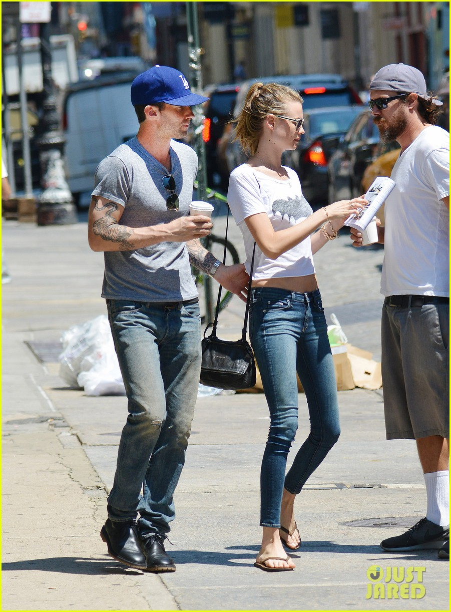 adam levine shaves beard shops with behati prinsloo 05