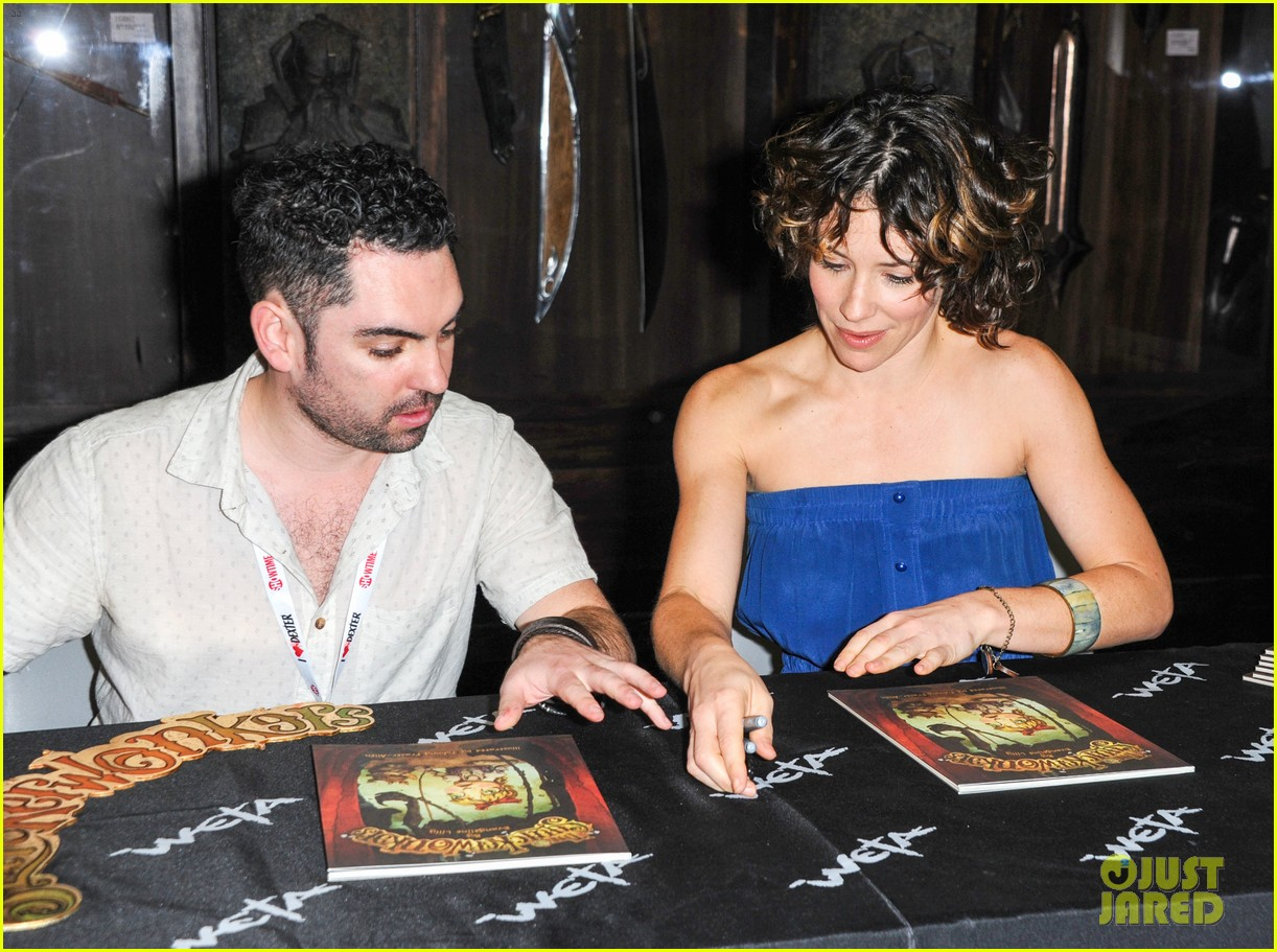 evangeline lilly debuts new childrens book at comic con 082911575