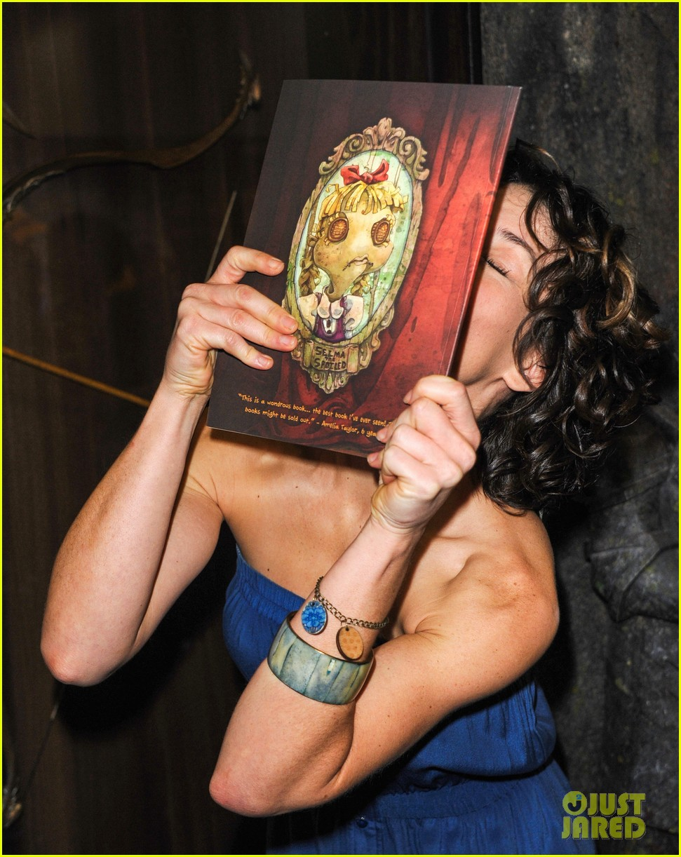 evangeline lilly debuts new childrens book at comic con 092911576