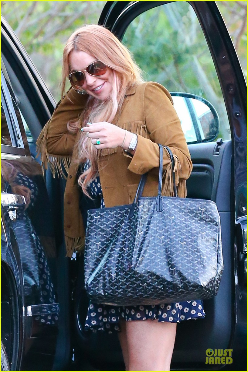 lindsay lohan released from rehab smiles while leaving 042920573