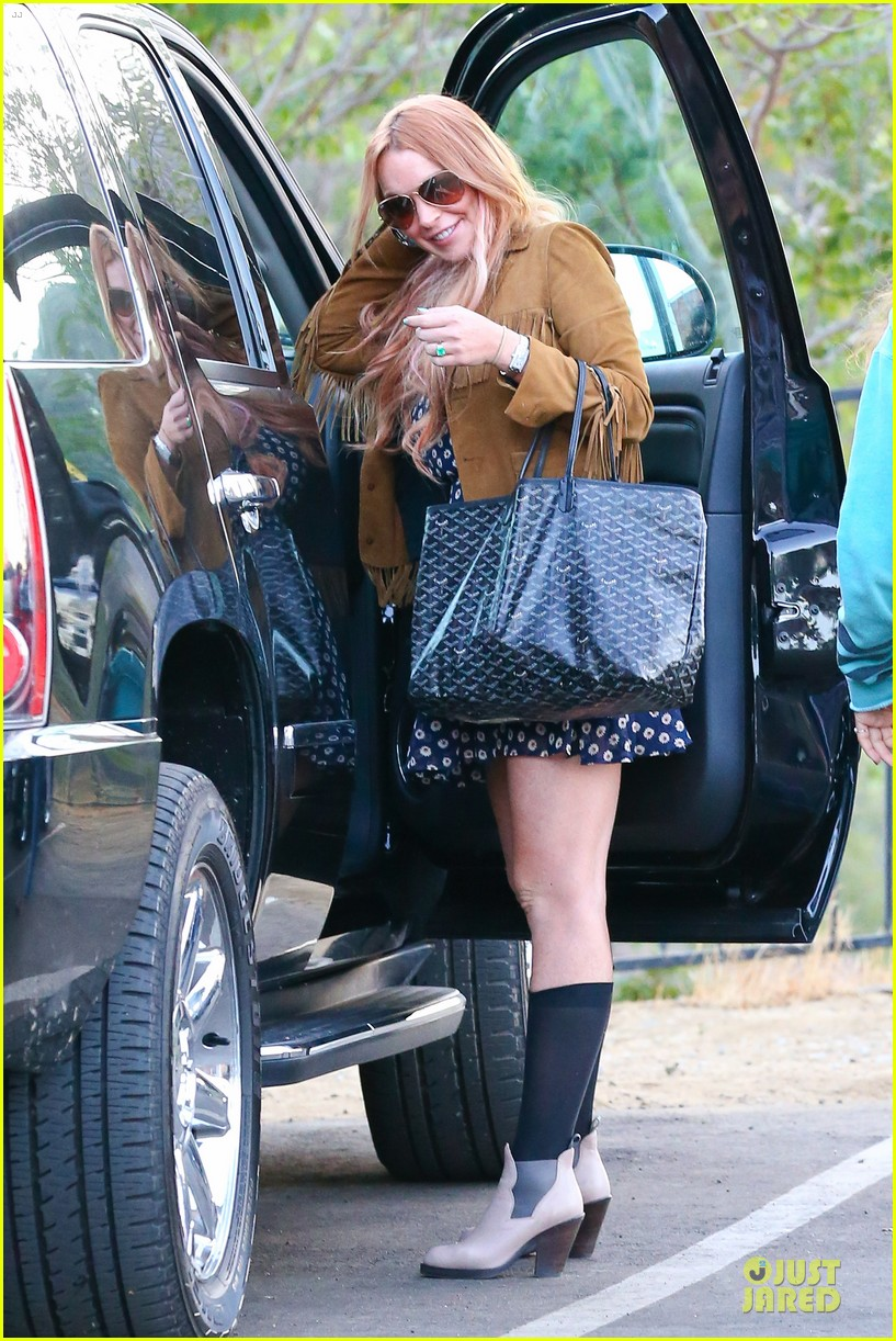 lindsay lohan released from rehab smiles while leaving 132920582