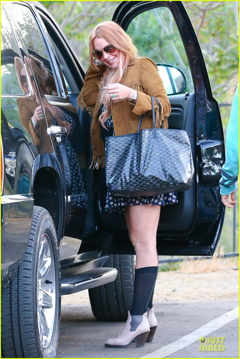 lindsay lohan released from rehab smiles while leaving 152920584
