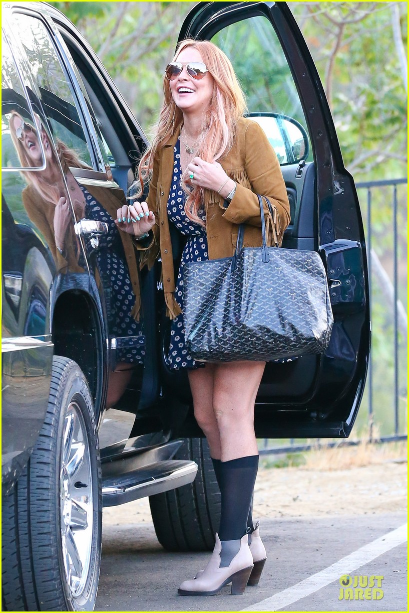 lindsay lohan released from rehab smiles while leaving 162920585