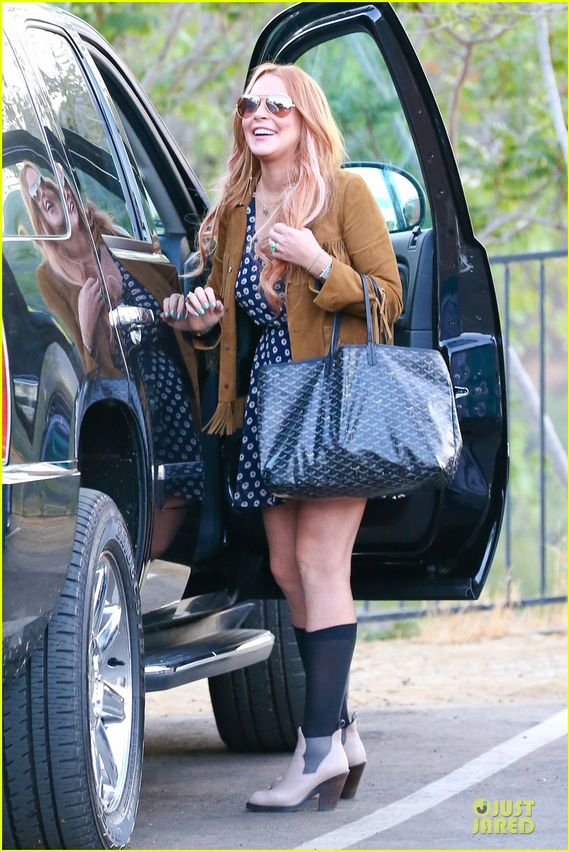 lindsay lohan released from rehab smiles while leaving 182920587