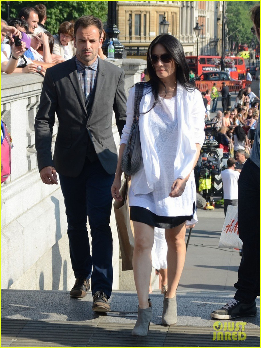 lucy liu jonny lee miller film elementary in london 01