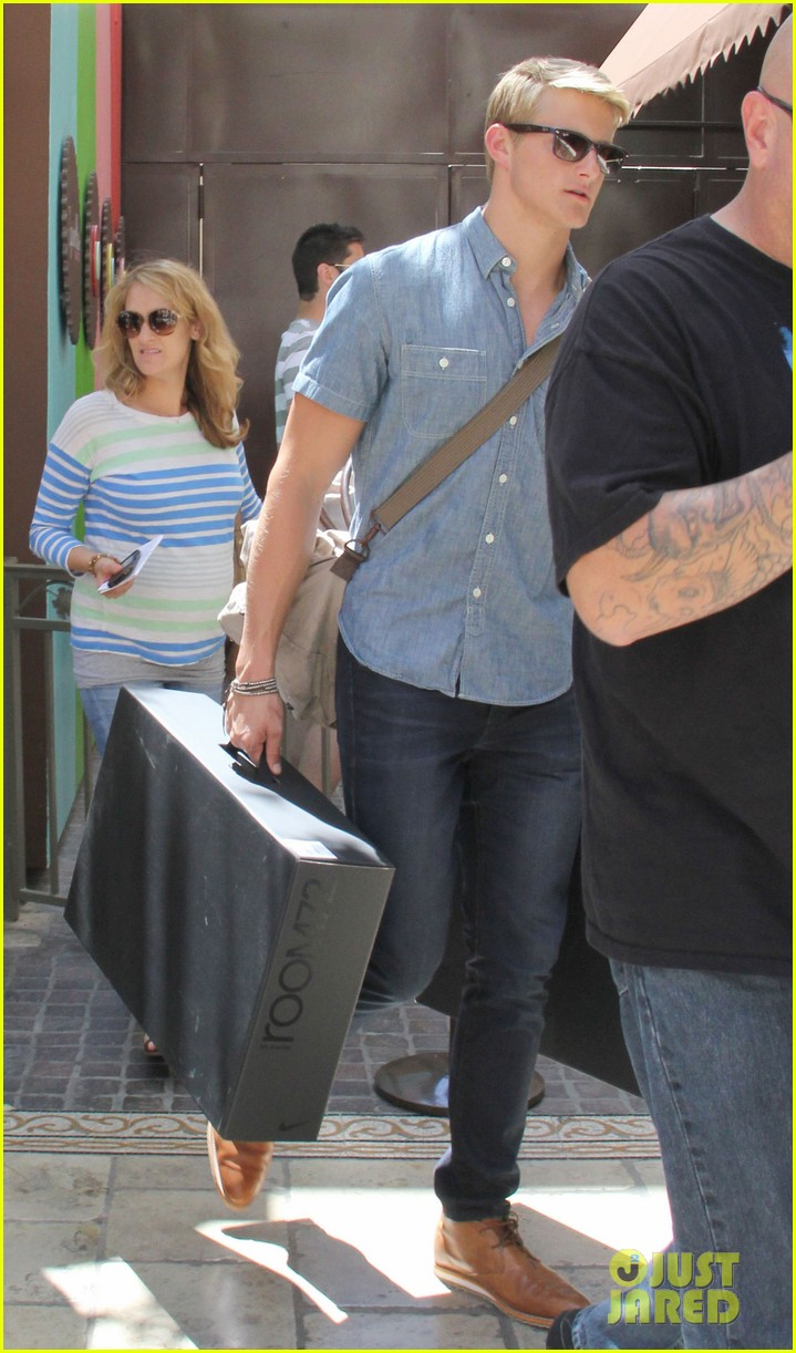 alexander ludwig visits extra at the grove 032906465