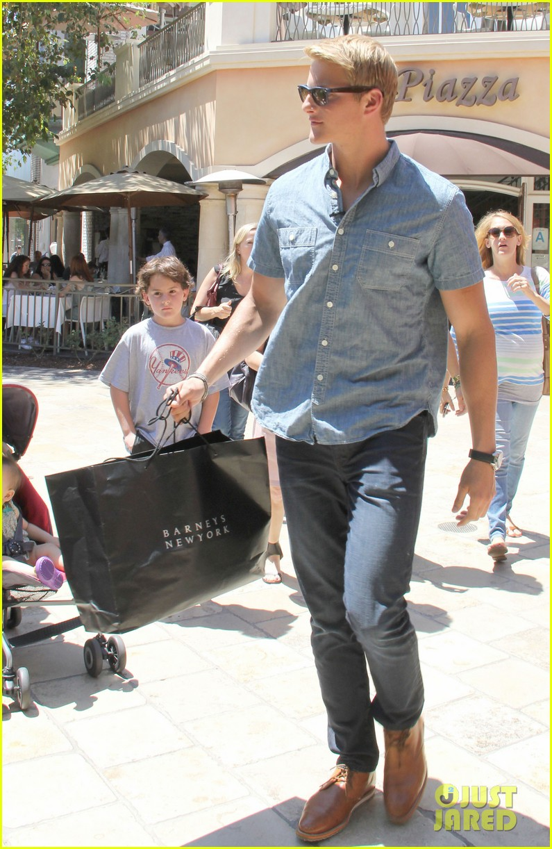 alexander ludwig visits extra at the grove 052906467