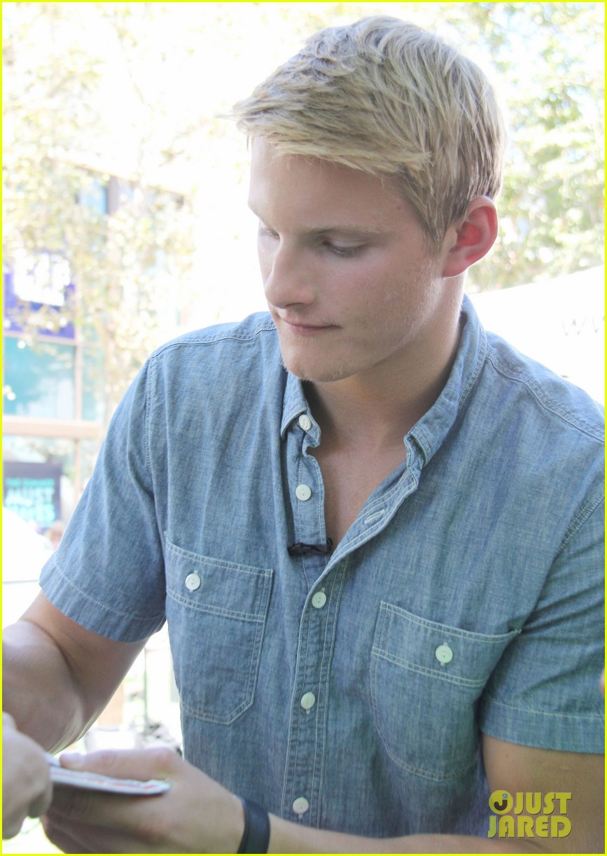 alexander ludwig visits extra at the grove 142906476