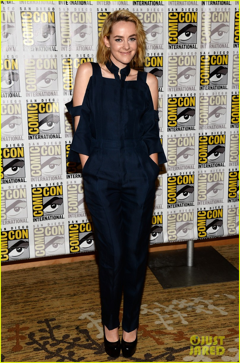 jena malone lenny kravitz catching fire comic con panel 01