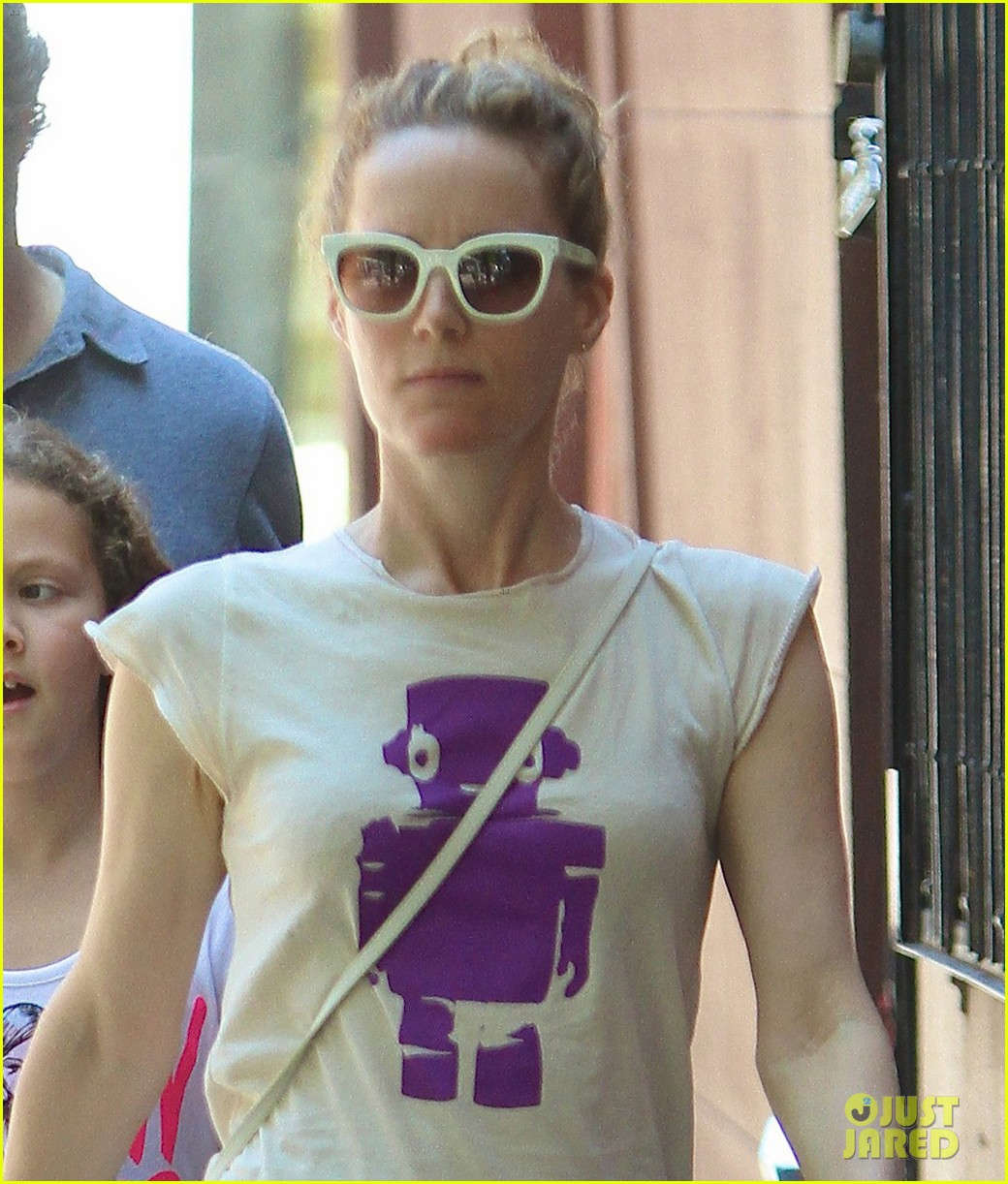 leslie mann judd apatow nyc stroll with iris 01