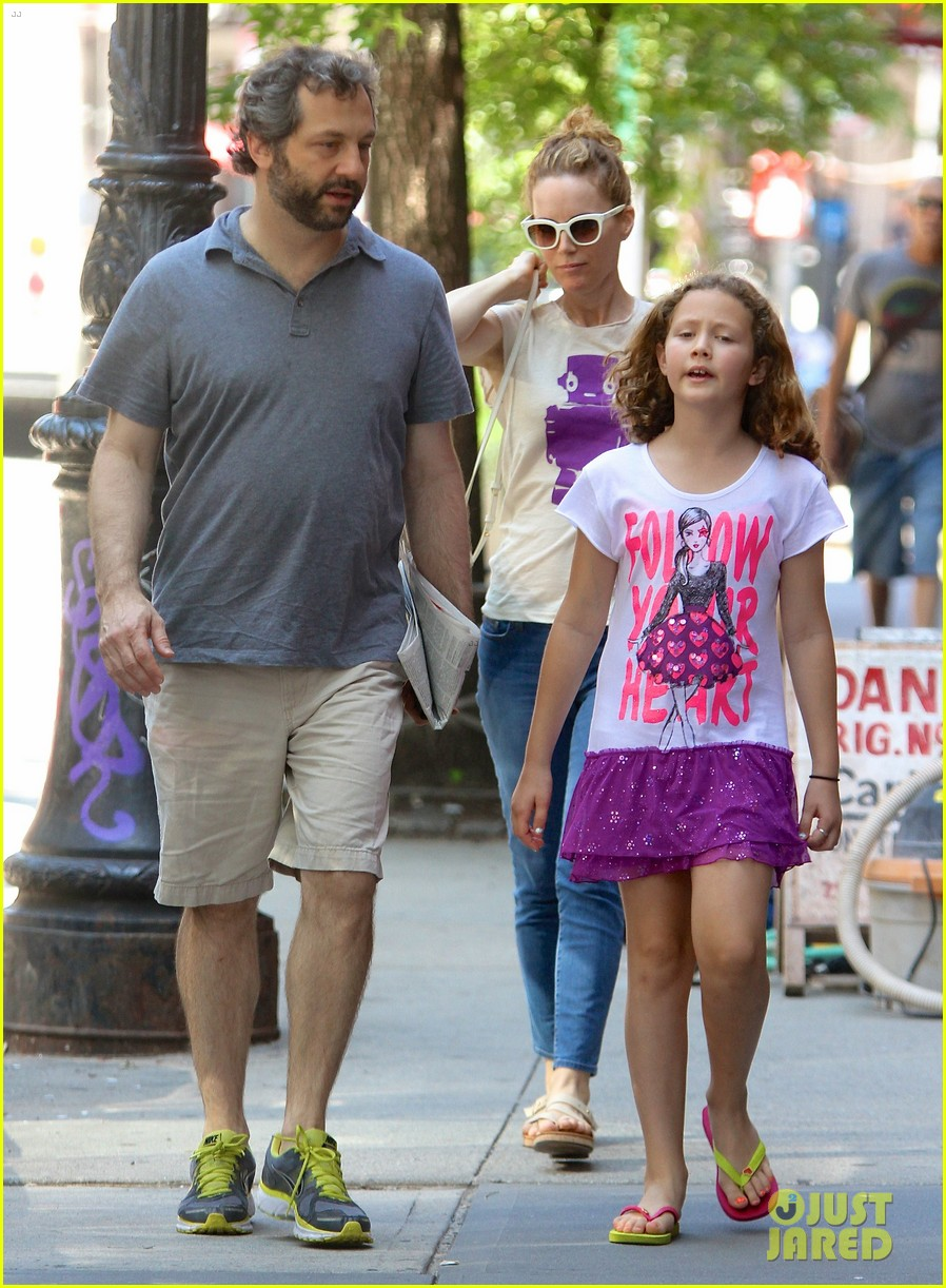 leslie mann judd apatow nyc stroll with iris 022904807