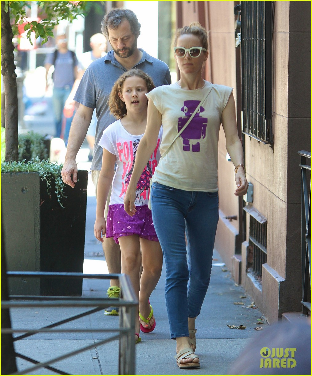 leslie mann judd apatow nyc stroll with iris 042904809