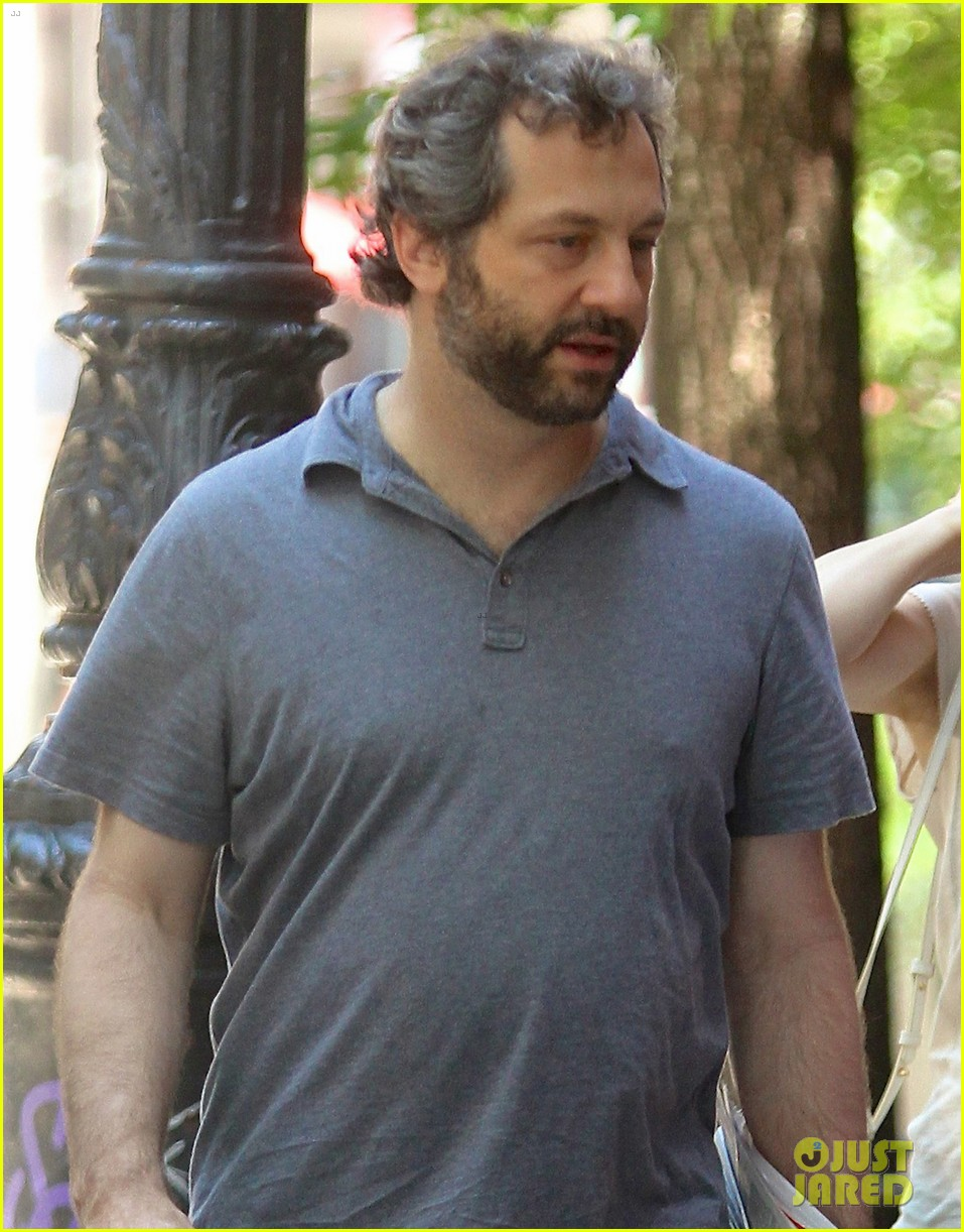 leslie mann judd apatow nyc stroll with iris 052904810