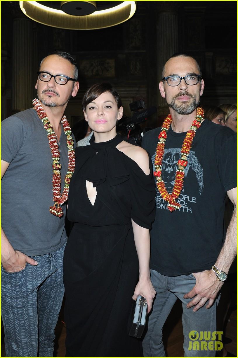 rose mcgowan dakota johnson viktor rolf fashion show 102903664