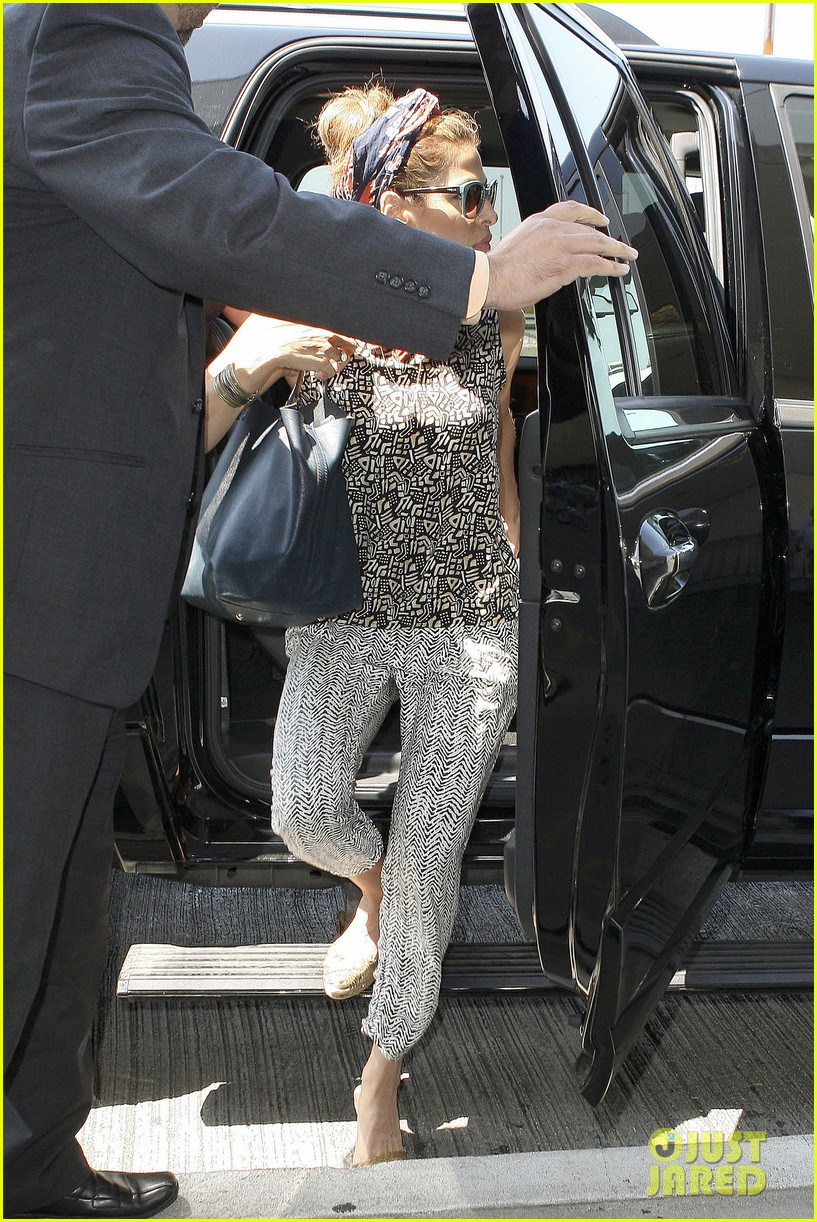 eva mendes flies out of los angeles 032907092