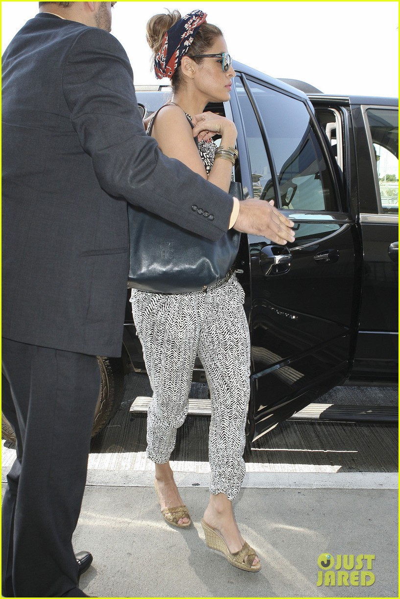 eva mendes flies out of los angeles 052907094