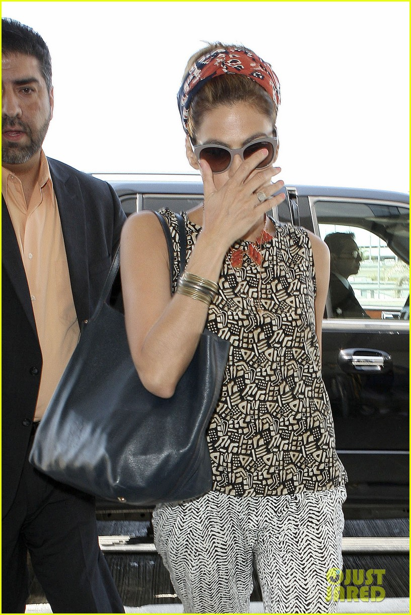 eva mendes flies out of los angeles 072907096