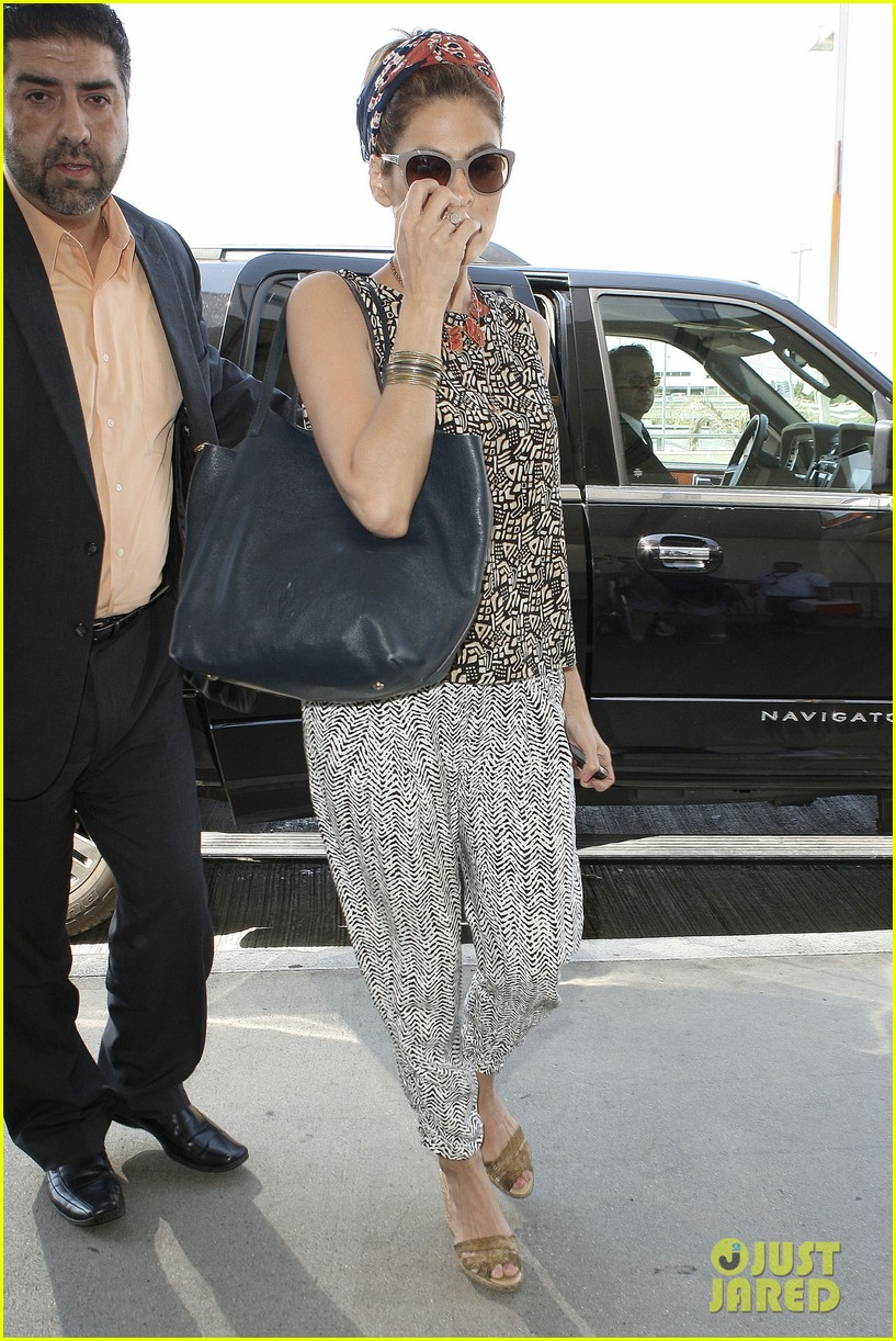 eva mendes flies out of los angeles 082907097