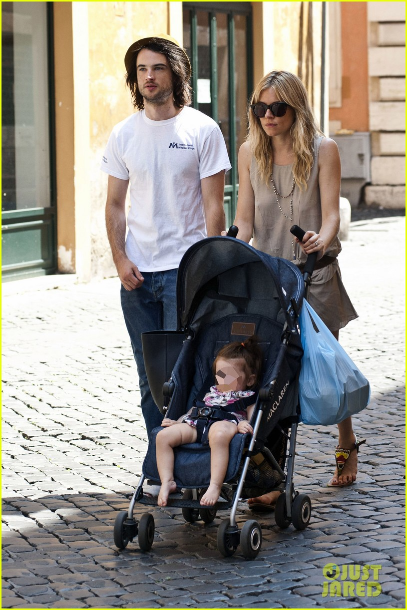 sienna miller tom sturridge shop healthy in rome 032919215