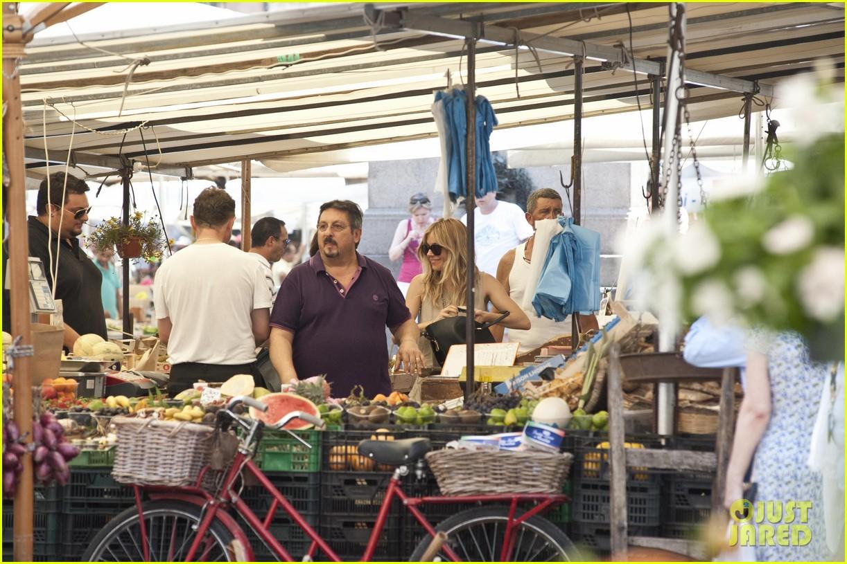 sienna miller tom sturridge shop healthy in rome 092919221