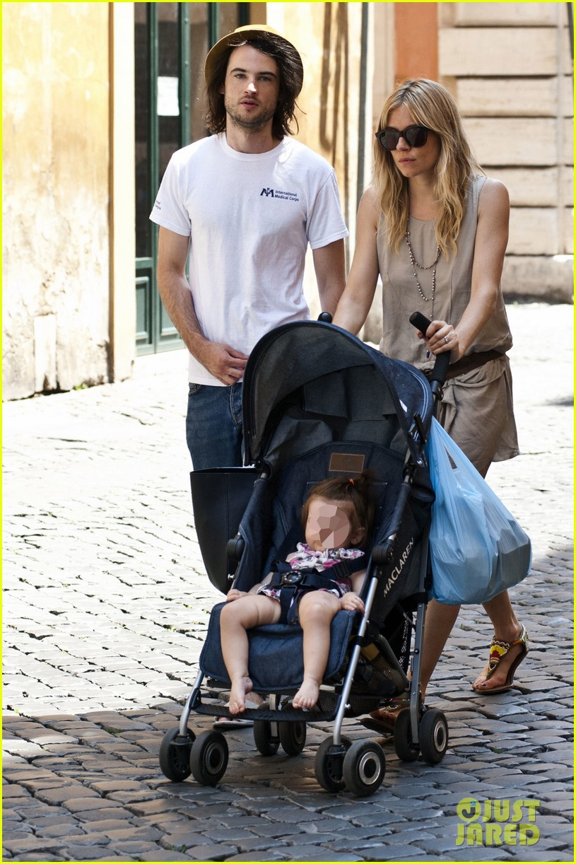 sienna miller tom sturridge shop healthy in rome 112919223
