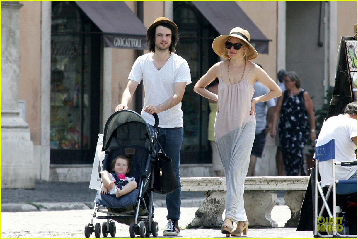 sienna miller tom sturridge villa borghese with marlowe 09