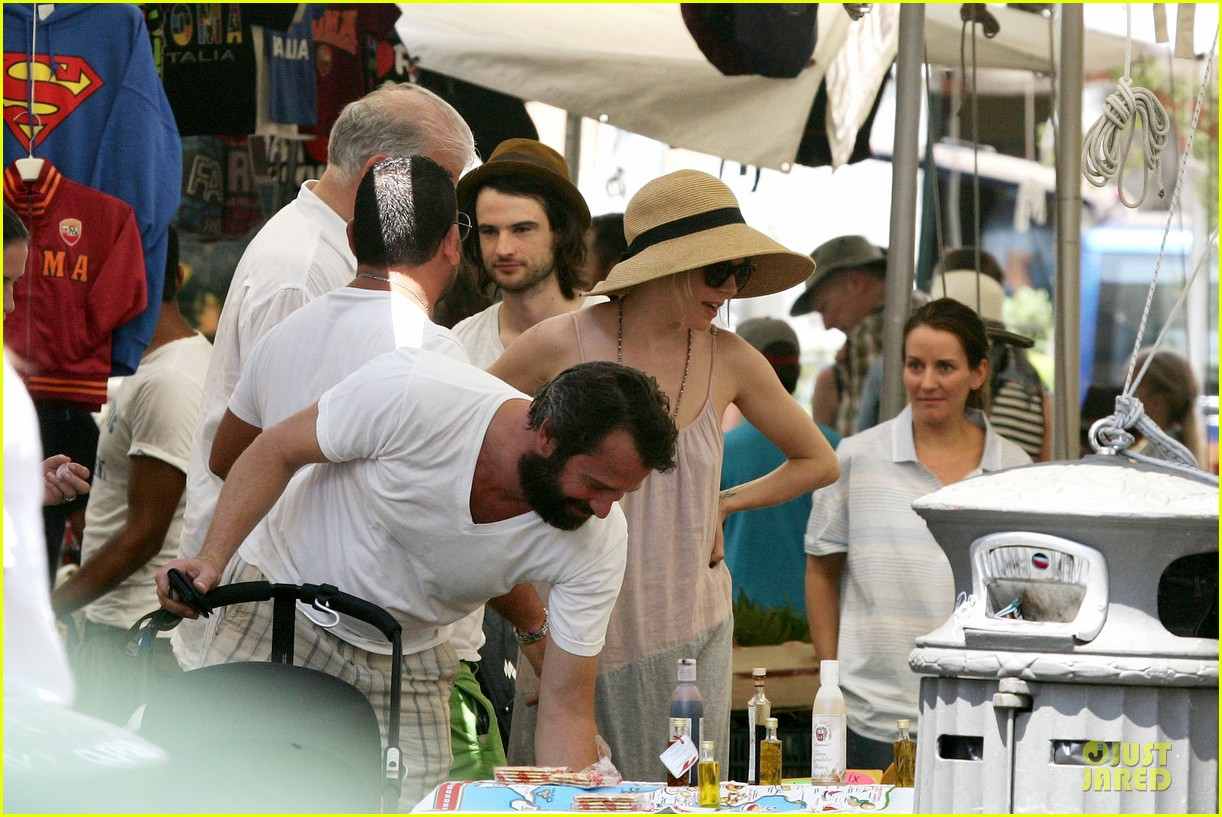 sienna miller tom sturridge villa borghese with marlowe 11
