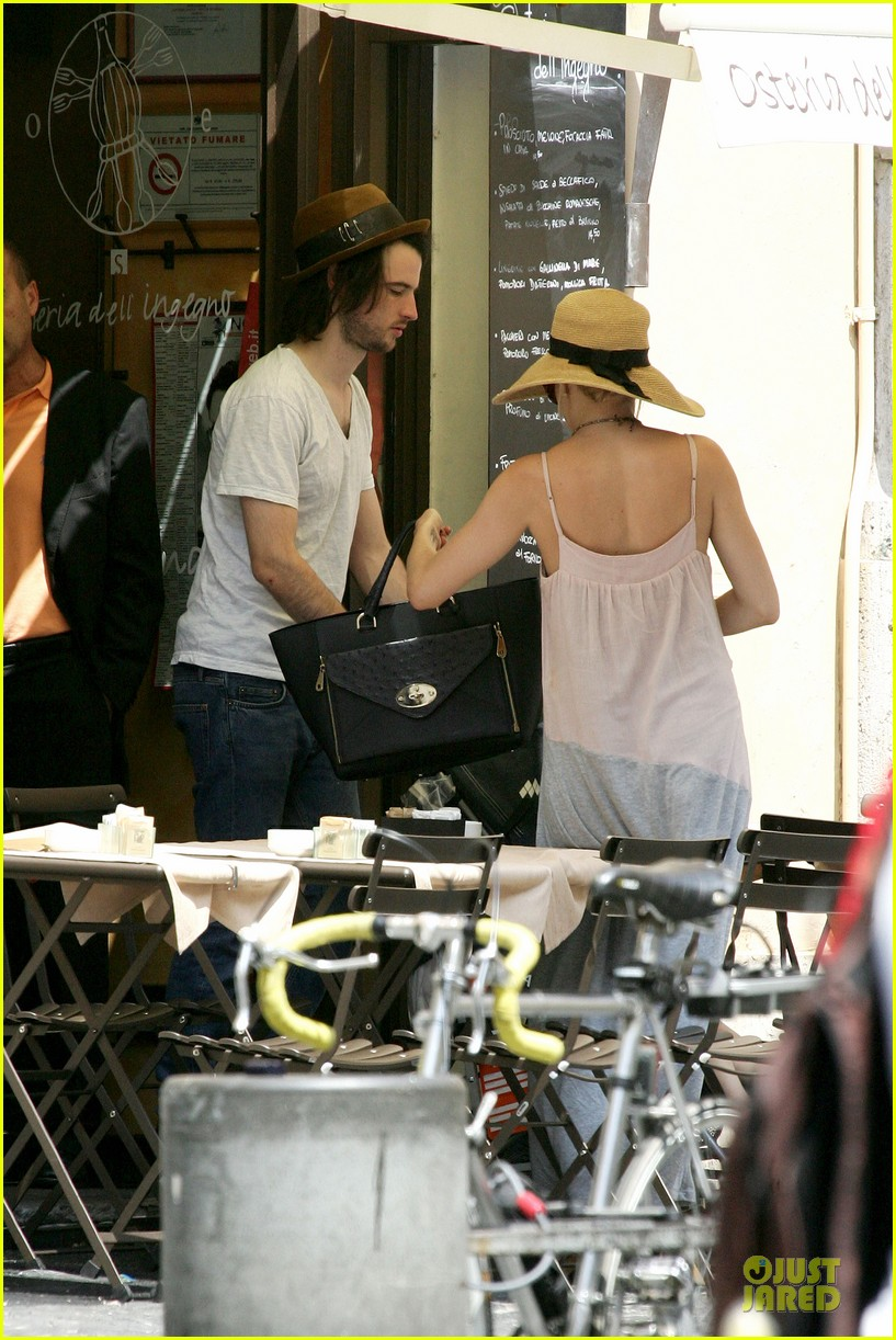 sienna miller tom sturridge villa borghese with marlowe 182918186